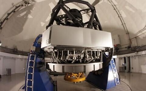 Hispaaniasse Javalambre mäe otsa rajatud observatooriumi peateleskoop. Vaatlusprojekti J-PAS käigus loodetakse selle abil tumeaine ja tumeenergia kohta nii mõndagi uut teada saada.