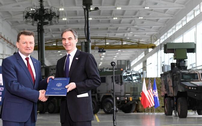 Министр обороны Польши Мариуш Блащак и посол США в Варшаве Пол Джонс на церемонии подписания договора.