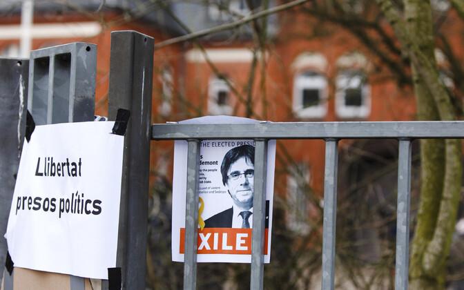 Carles Puigdemonti toetav plakat Saksamaal Neumünsteris.
