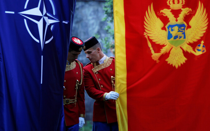 Montenegro kaardiväelased NATO ja Montenegro lipuga.