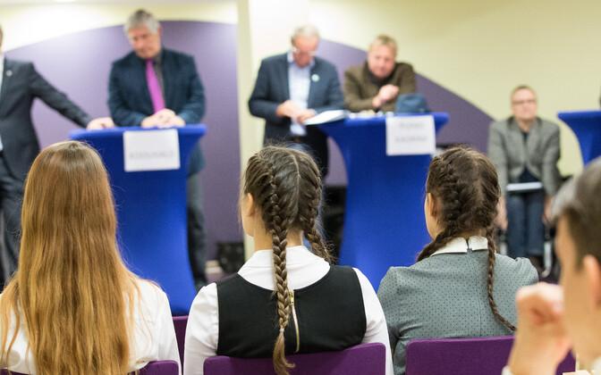 Õpilased kuulavad kohalike valimiste eel poliitikute väitlust.