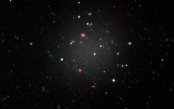 Väikese tumeaine sisaldusega galaktika NGC1052-DF2.