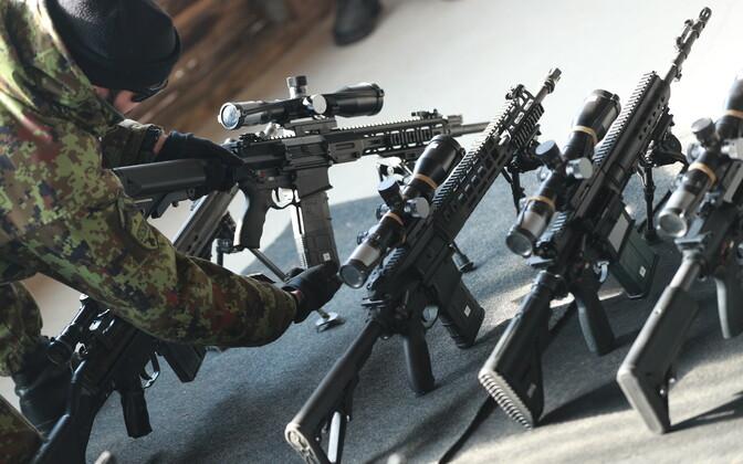 Тестовые стрельбы из автоматического оружия в Силах обороны Эстонии.