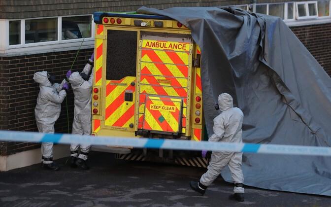 Kiirabiauto ja spetsialistid Salisburys haigla juures, kus Skripaleid ravitakse.