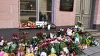 Lilled ja küünlad Kemerovo põlengu ohvrite mälestuseks Tallinnas Venemaa saatkonna juures.