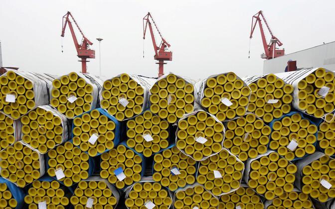 Стальные трубы перед погрузкой в китайском порту.