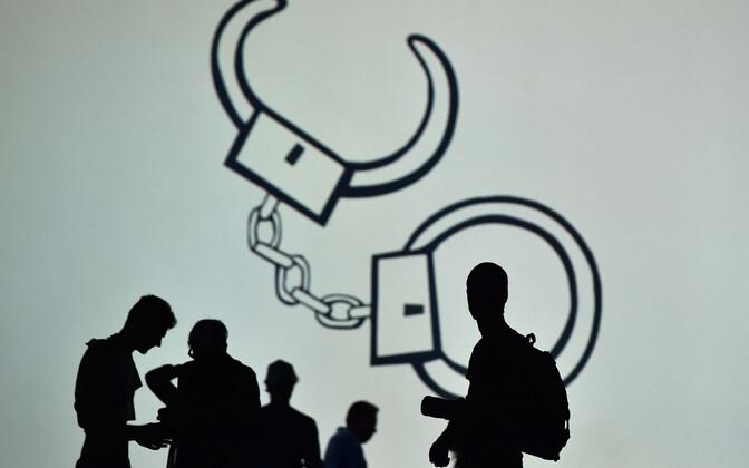 Käeraudade foto Vivienne Westwoodi moenäitusel.