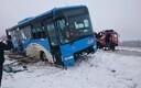 Автобус с пассажирами съехал на обочину и перевернулся.