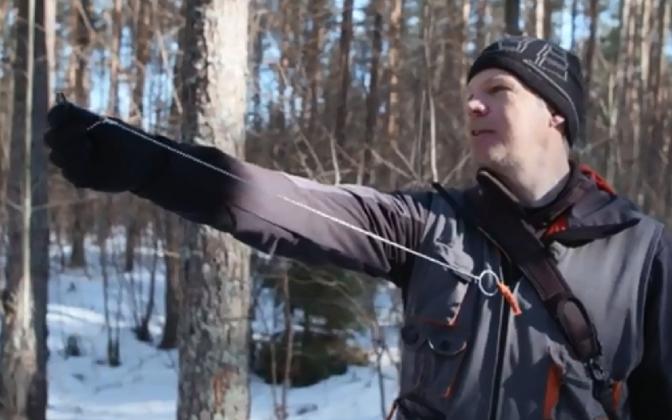 Metsakorraldaja Taimo Türnpu metsa mõõtmas.