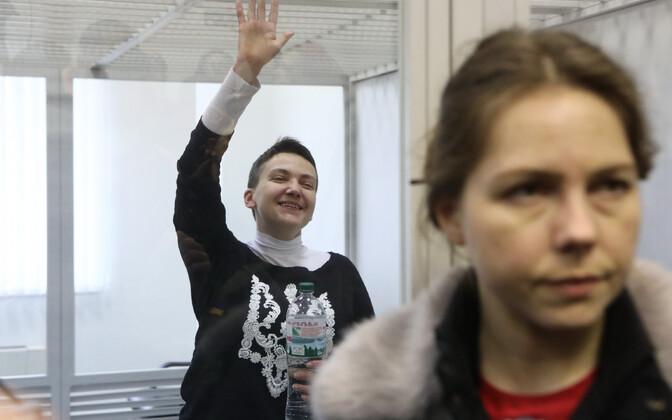 Надежда Савченко (на заднем плане)  и ее сестра Вера Савченко в суде.