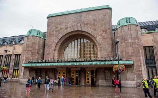 2516 inimest saadeti riigist välja liinilennuki, -laeva või -rongiga. Pildil Helsingi raudteejaam.