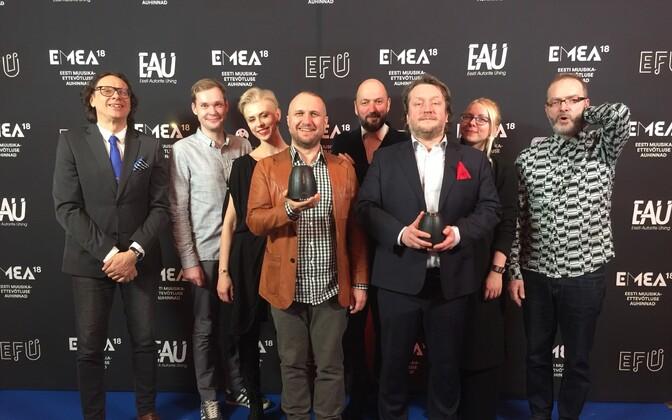 Raadio 2 kollektiiv koos aasta parima raadiojaama preemiaga
