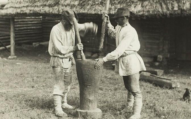 Setud Matsuri külas Värska vallas kruupe valmistamas 1912. aastal.