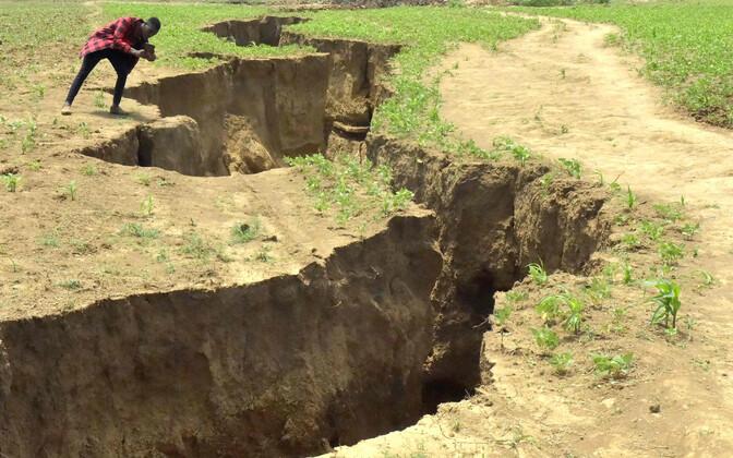 Трещина в Кении тянется на несколько километров