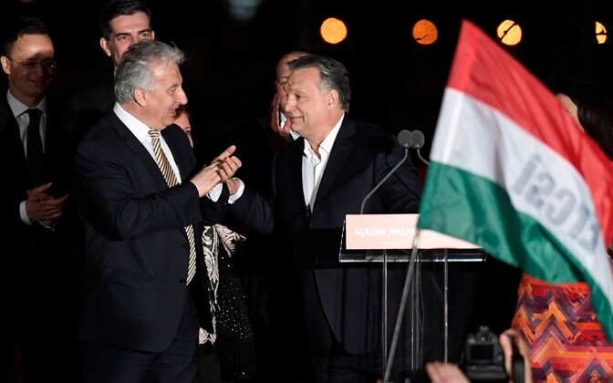 Виктор Орбан (справа) продолжит занимать пост премьера.