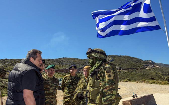 Kaitseminister Panos Kammenos ja Kreeka sõdurid õppusel Ikaria saarel.