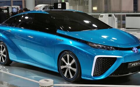 Toyota on üks esimesi maailmas, kes vesiniku kütuseelementidel töötavaid autosid 2015. aastal müüma hakkas. Masina hinnaks kujunes ligi 50 000 eurot. Pildil on juba 2011. aastal valminud katsemasin.