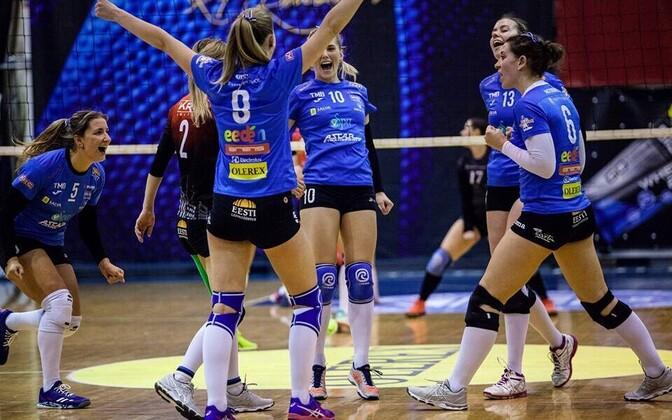Волейболистки Тартуского университета празднуют успех.