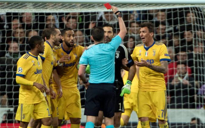 Kohtunik Michael Oliver, Gianluigi Buffon ja teised Juventuse mängijad