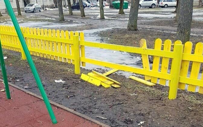 Сломанный забор на детской площадке в Нарве.