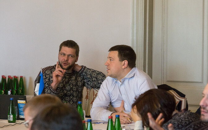 Minister of Health and Labour Jevgeni Ossinovski (SDE) and Prime Minister Jüri Ratas (Center) during budget strategy discussions, April 13, 2018.
