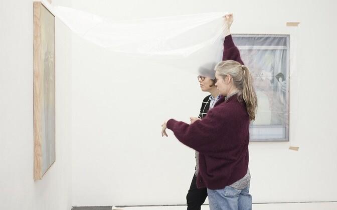 Kuraator Saara Hacklin ja läti kunstnik Inga Meldere avavad Meldere maale.
