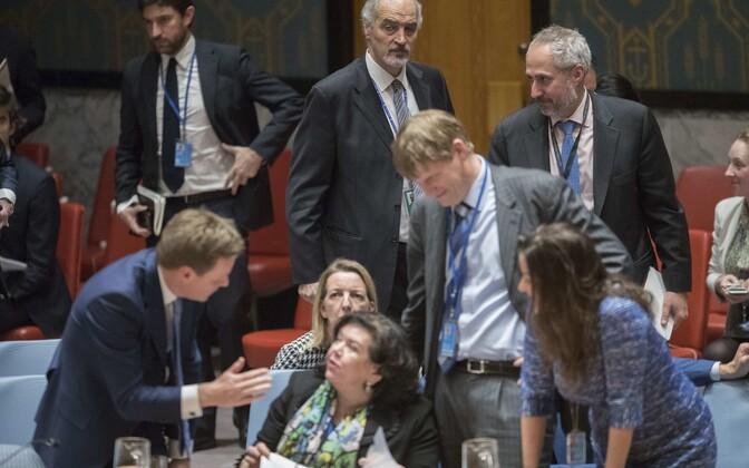 Süüria esindaja ÜRO-s  Bashar Ja afari (üleval) ja Suurbritannia saadik Karen Pierce (all keskel).