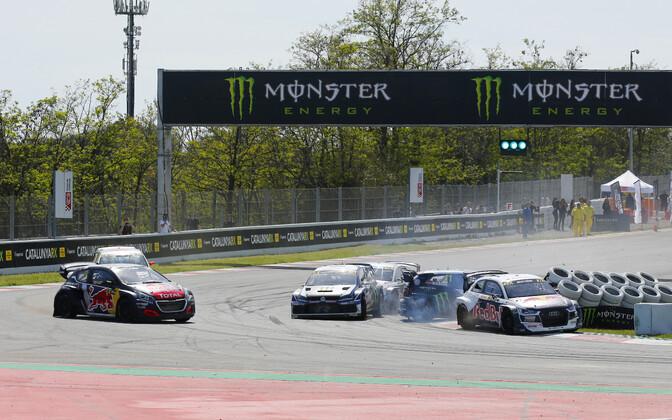 Manööver, mis maksis Mattias Ekströmile esikoha - rootslase Audi lükkas Petter Solbergi Volkswageni rehvihunnikusse.