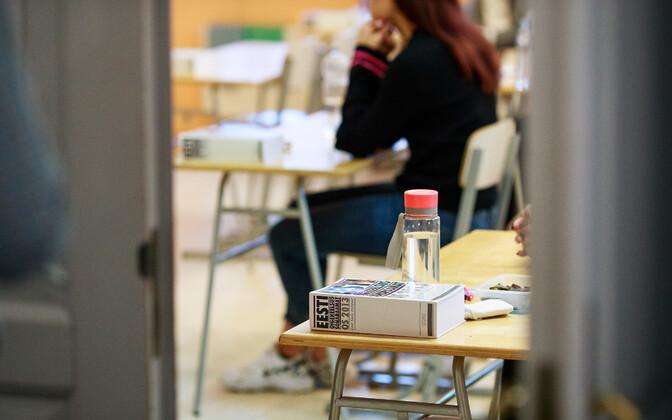 Школьники на экзамене.