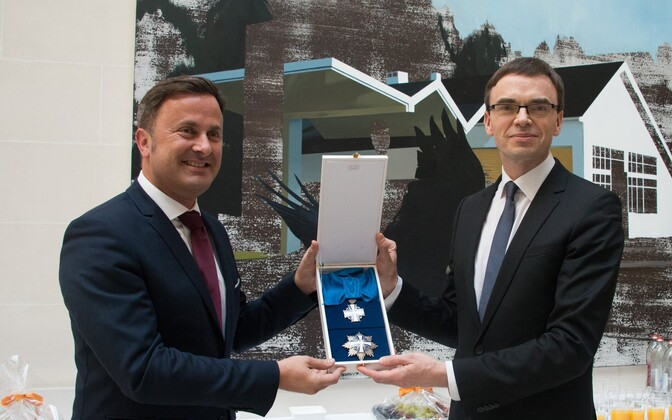 Mikser presenting the Order of the Cross of Terra Mariana to Prime Minister Xavier Bettel of Luxembourg.