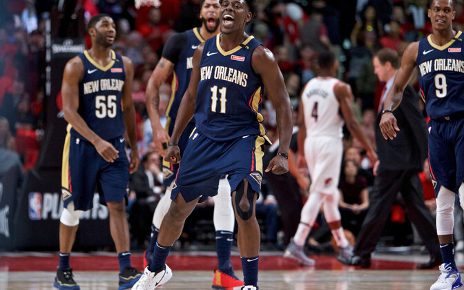 Jrue Holiday (keskel).