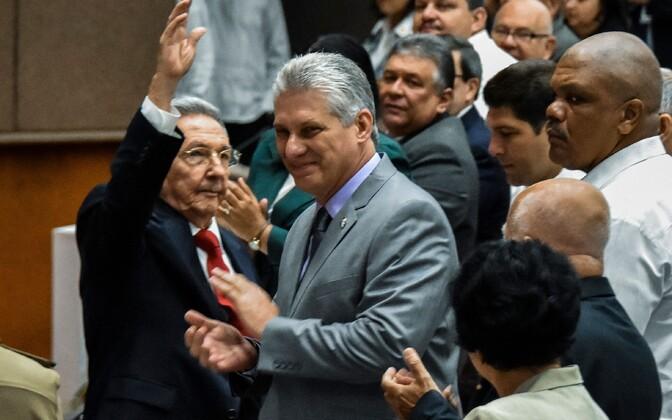 Raul Castro (vasakul) ja Miguel Diaz-Canel (keskel).