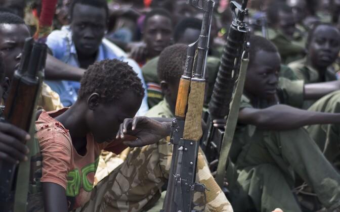 Дети в Южном Судане разоружаются.