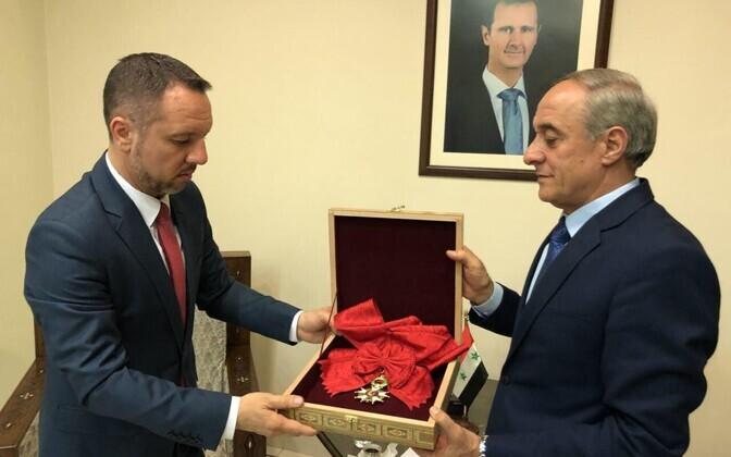 Süüria välisametkonna esindaja tagastas president Bashar al-Assadile antud autasu Rumeenia saatkonna esindaja kaudu Prantsusmaale.