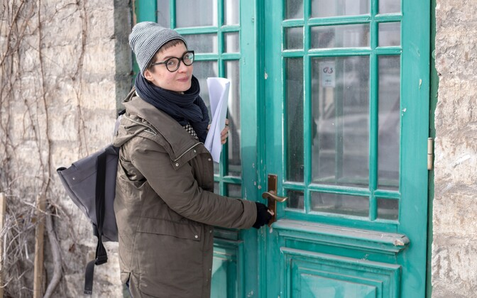 Художница Лаура Пылд у входа в Кундаский цементный завод.