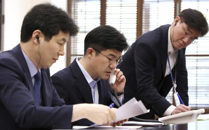 Lõuna-Korea ametnikud Põhja-Koreaga testkõnet tegemas.
