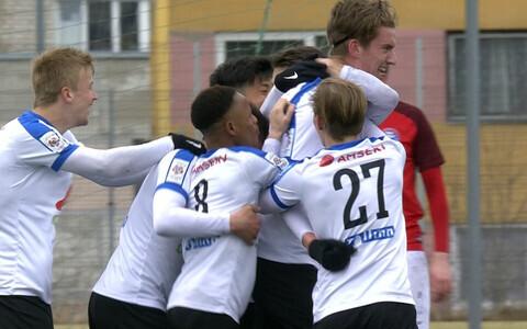 Tallinna Kalevi mängijad väravat tähistamas.