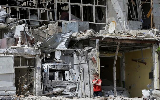 Süüria poiss rünnakutes purustatud Douma linnas.