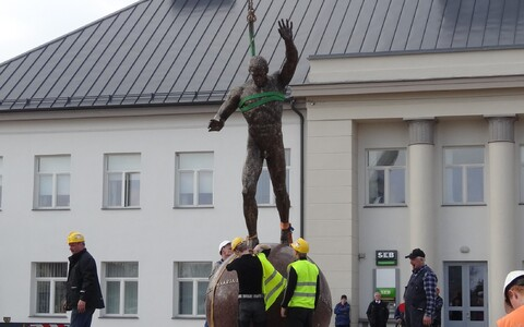 Georg Lurichi kuju Väike-Maarjas.