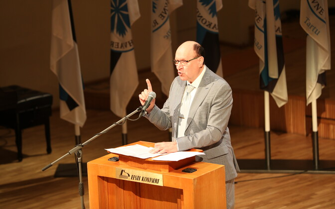 Председатель EKRE Март Хельме на партийной съезде в театре