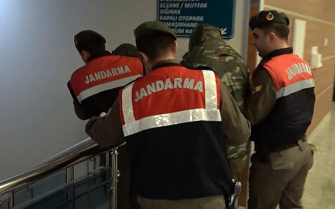 Türgi sõjaväepolitseinikud eskortimas kinni võetud Kreeka sõjaväelasi.