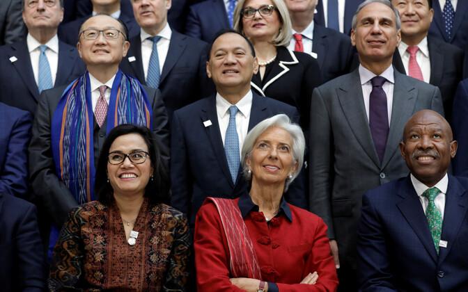 IMF-i juht Christine Lagarde (keskel) ja kubernerid IMF-i ja maailmapanga kevadkohtumisel Washingtonis.