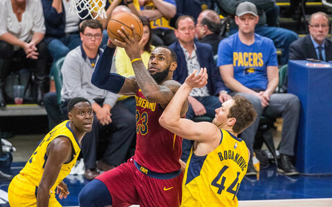 LeBron James aitas Cleveland Cavaliersil seeria viigistada.
