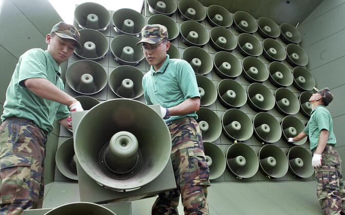 Lõuna-Korea sõdurid eemaldavad valjuhääldeid.