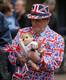 Britid tähistavad kuningliku beebi sündi St Mary haigla ees