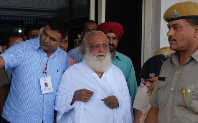 Asaram Bapu 2013. aastal pärast vahistamist Jodhpuri lennujaamas.