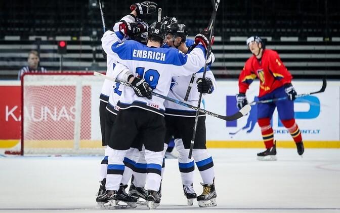 Eesti jäähokikoondis väravat tähistamas.
