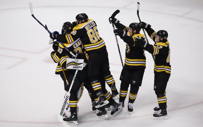 Bostoni mängijad väravat tähistamas.