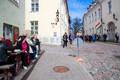 Norra kroonprints Haakon, kroonprintsess Mette-Marit ja president Kersti Kaljulaid vanalinnas ringkäigul