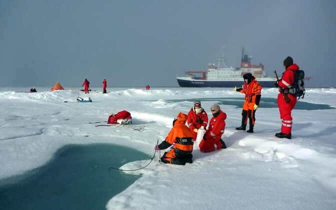 Teadlased Arktikas proove kogumas.